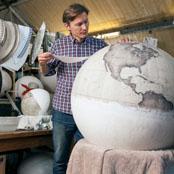 """เปิดโรงงานสุดท้ายที่เหลืออยู่ """"ผลิตลูกโลก"""" โดยใช้มือ"""