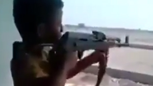 ฮาลั่นทันที! เมื่อเจ้าหนู อยากลองยิงปืน AK 47 ผลเลยออกมาเป็นแบบนี้